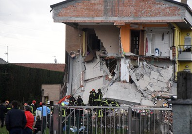 Crolla palazzina di due piani nel Milanese