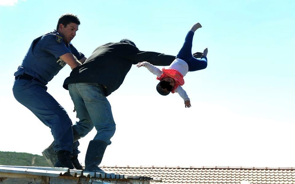 Sudafrica, padre getta la figlia di un anno dal tetto per protesta contro la demolizione della baracca abusiva