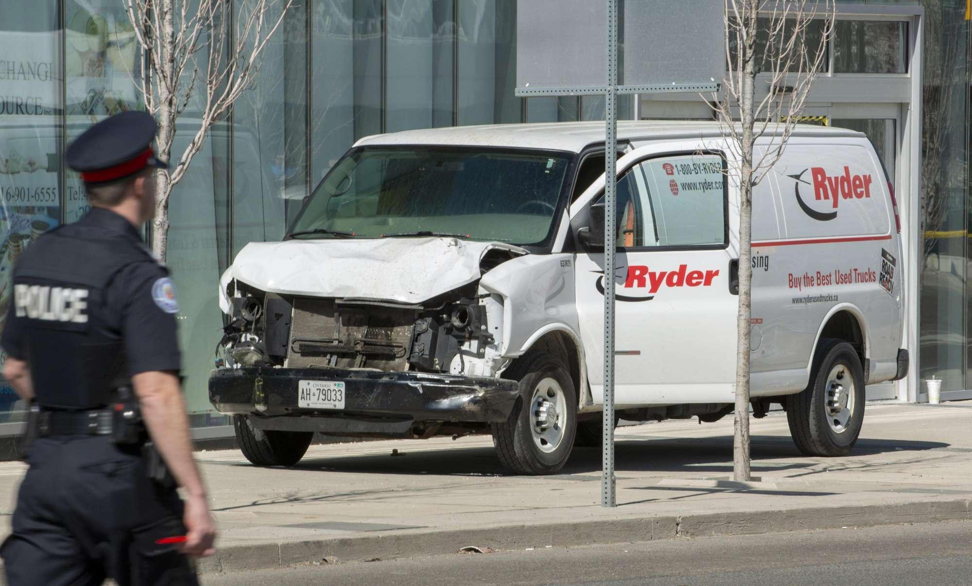 Furgone sui passanti a Toronto: 10 morti e 15 feriti, preso il guidatore