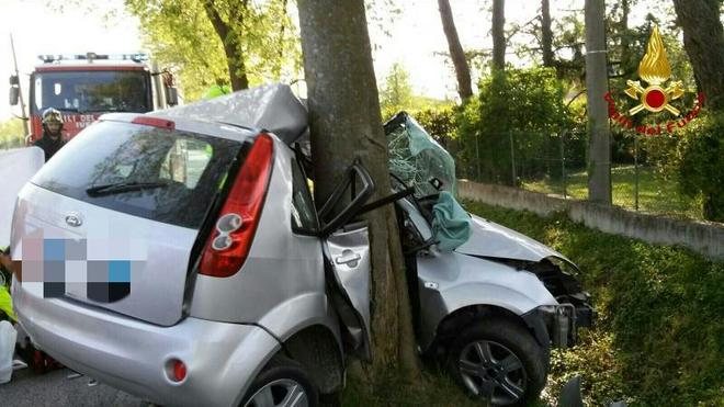 Ventenne si schianta contro l'albero e muore: aveva preso la patente da 40 giorni