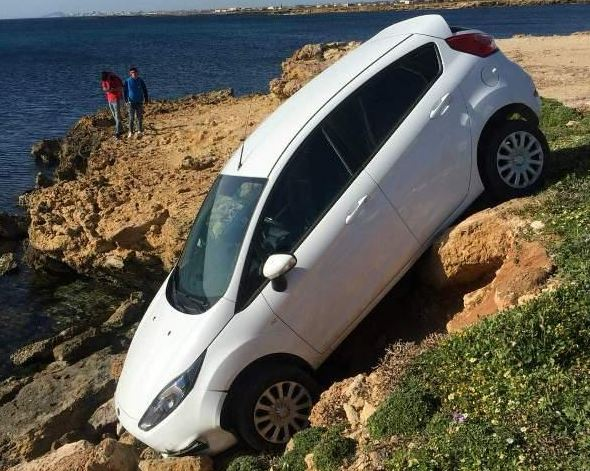 Auto finisce sugli scogli ad un passo dal mare