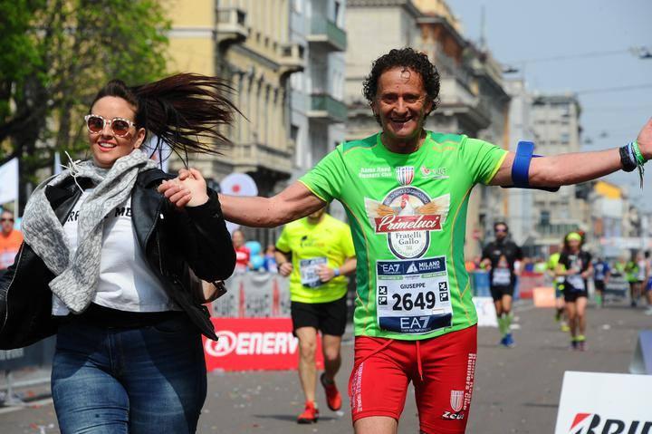 """Mazara, Pino Pomilia taglia il traguardo della Milano Marathon 'mano nella mano' con la figlia """"una grande emozione"""""""