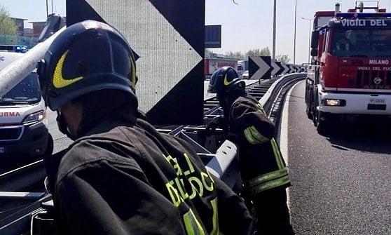 Autocarro in fiamme: traffico rallentato sull'A29 Palermo - Mazara del Vallo