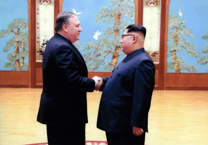 Corea Nord: Casa Bianca diffonde FOTO stretta mano Pompeo-Kim