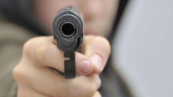 Bullismo, studente punta una pistola giocattolo in testa al professore
