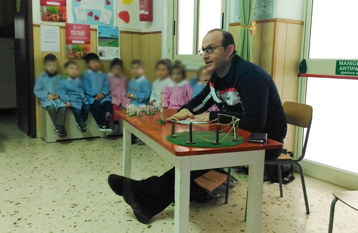 Marsala, catechesi per bambini fuori la parrocchia, don Caradonna in una scuola materna di periferia