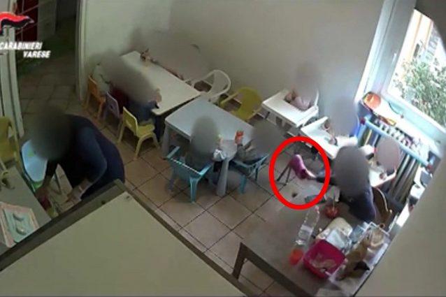 Maltrattamenti all'asilo nido, educatrice lancia una ciabatta contro un bimbo