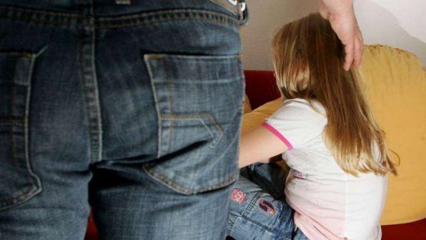 Molesta una 12enne e la filma nel camerino di un negozio: arrestato 44enne