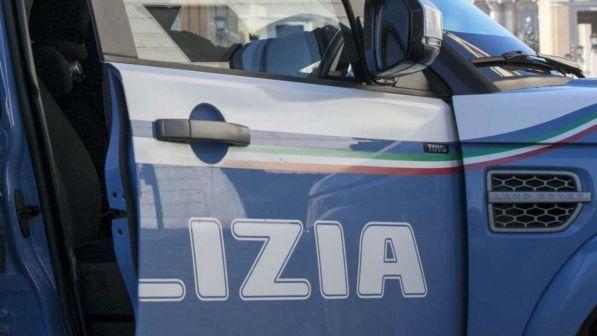 Roma, getta il cane del figlio dal settimo piano e poi aggredisce la polizia