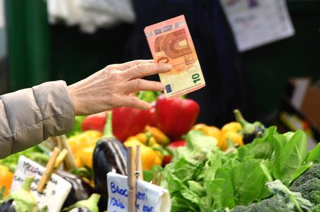 Istat: a marzo inflazione rivista, prezzi +0,8%