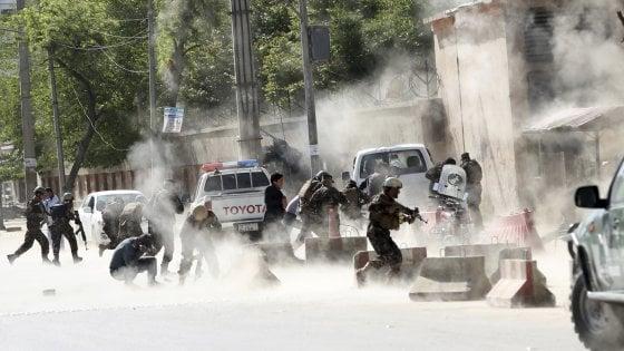 Kabul, attacchi kamikaze. Tra i 25 morti anche otto reporter, tra cui un fotografo di France Presse: