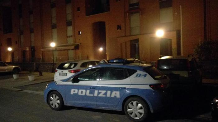 Napoli, Tentano rapina, agente spara, due feriti