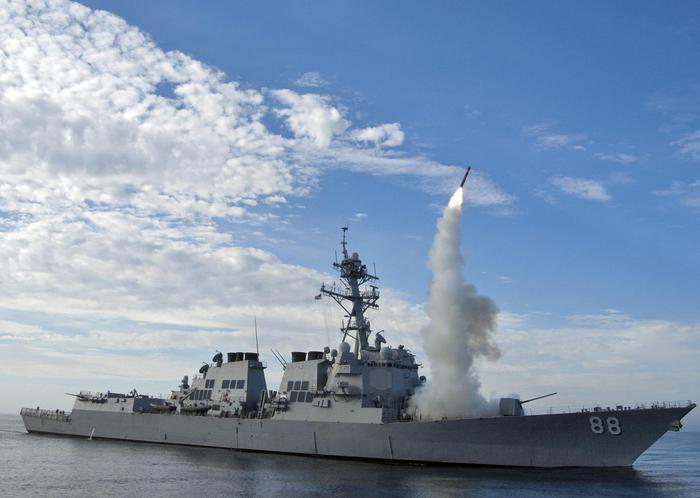 Nave da guerra Usa verso acque siriane, jet russi la sorvolano a bassa quota