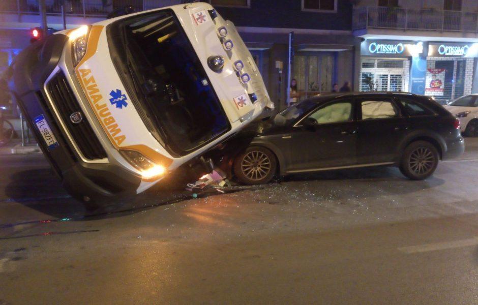 Incidente fra un'ambulanza con malato a bordo e una Lancia Musa