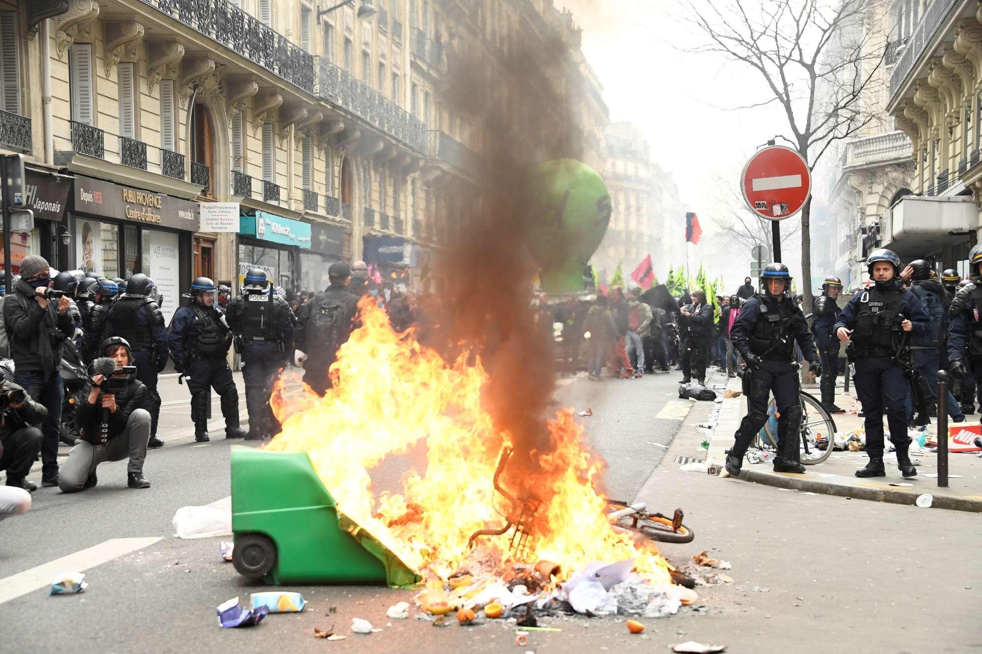 Parigi, in migliaia in strada contro la riforma dei treni: scontri
