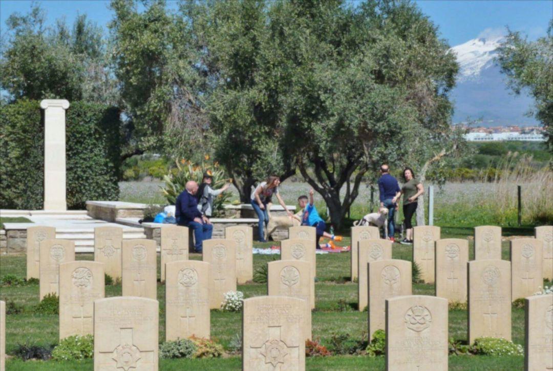 Picnic di Pasquetta a pochi metri dal cimitero