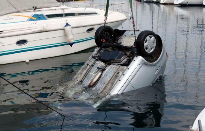 Auto scivola in mare nel porticciolo, recuperata dai pompieri