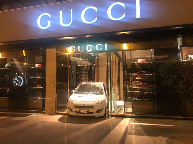 Palermo, la vetrina di Gucci sfondata con una Smart per rapinare il negozio