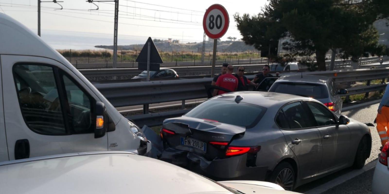 Maxi tamponamento sulla Palermo-Mazara, scontro tra furgone e auto: due feriti
