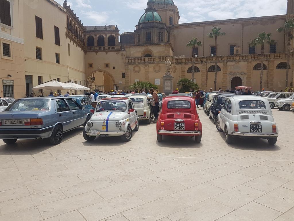 """RADUNO FIAT 500 """"CITTA' DI MAZARA"""". Un lungo e colorato corteo per le vie cittadine"""