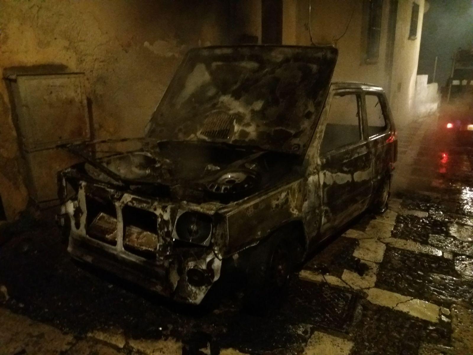 Salemi, a fuoco un'auto nella notte