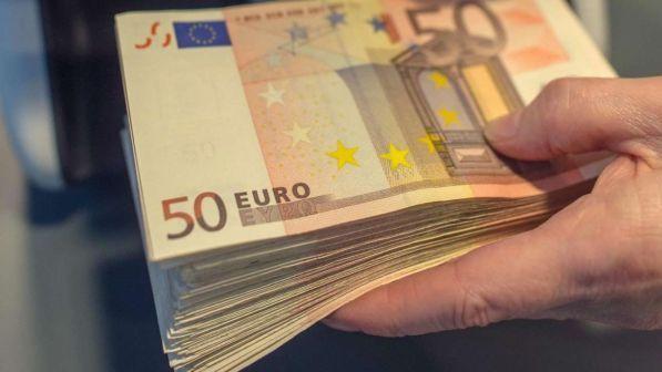 Padova, volano banconote in strada: corsa a raccoglierle e restituirle