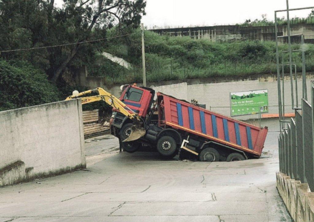Alcamo, cede l'asfalto per le forti piogge: camion rimane intrappolato