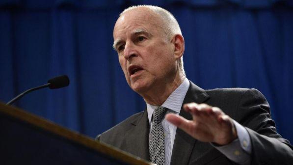 Nuove regole sulle emissioni dei veicoli, la California fa causa a Donald Trump