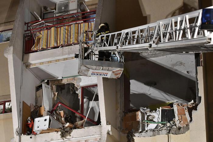 Esplosione in appartamento a Crotone, 2 morti e 4 feriti
