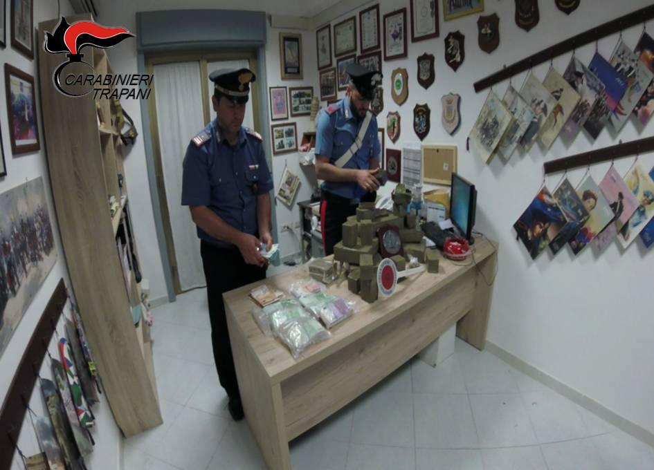 Mazara, sequestrati 32 kg di hashish e 56.850 euro in contanti. Eseguito un arresto