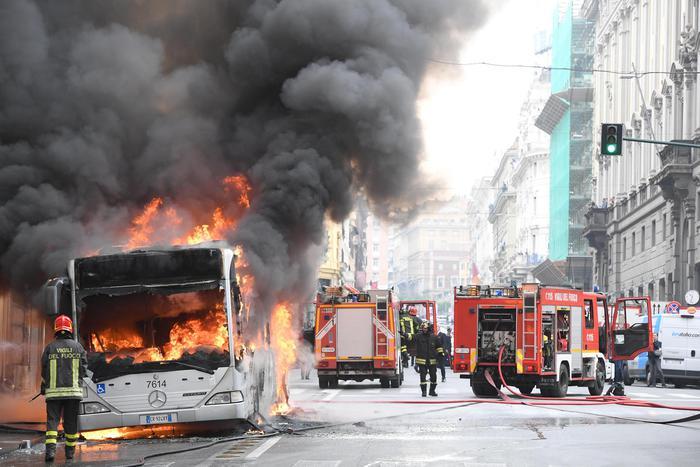 Choc a Roma: autobus in fiamme in pieno centro, a via del Tritone