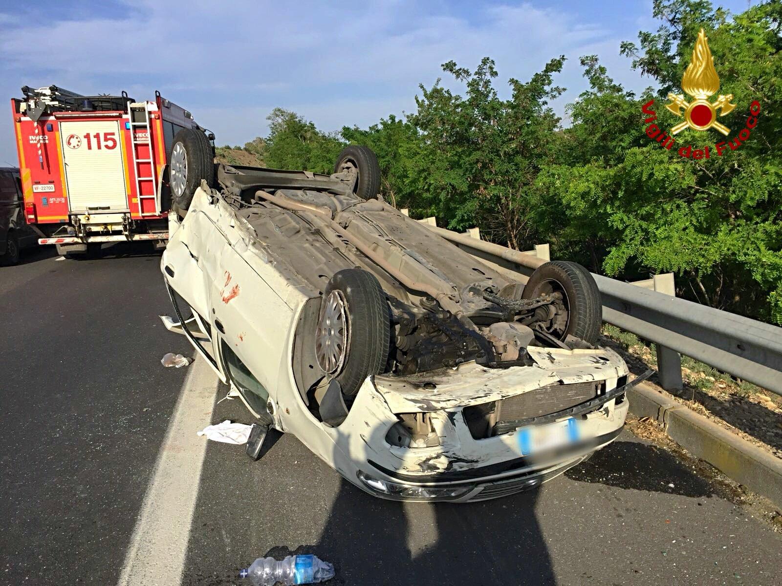 Perde il controllo dell'auto e si ribalta, incidente con 2 feriti in autostrada