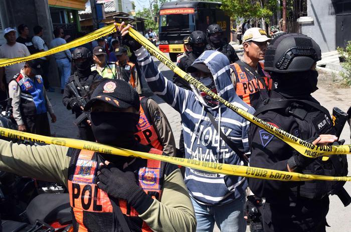 Indonesia: attacco a sede polizia, cinque morti