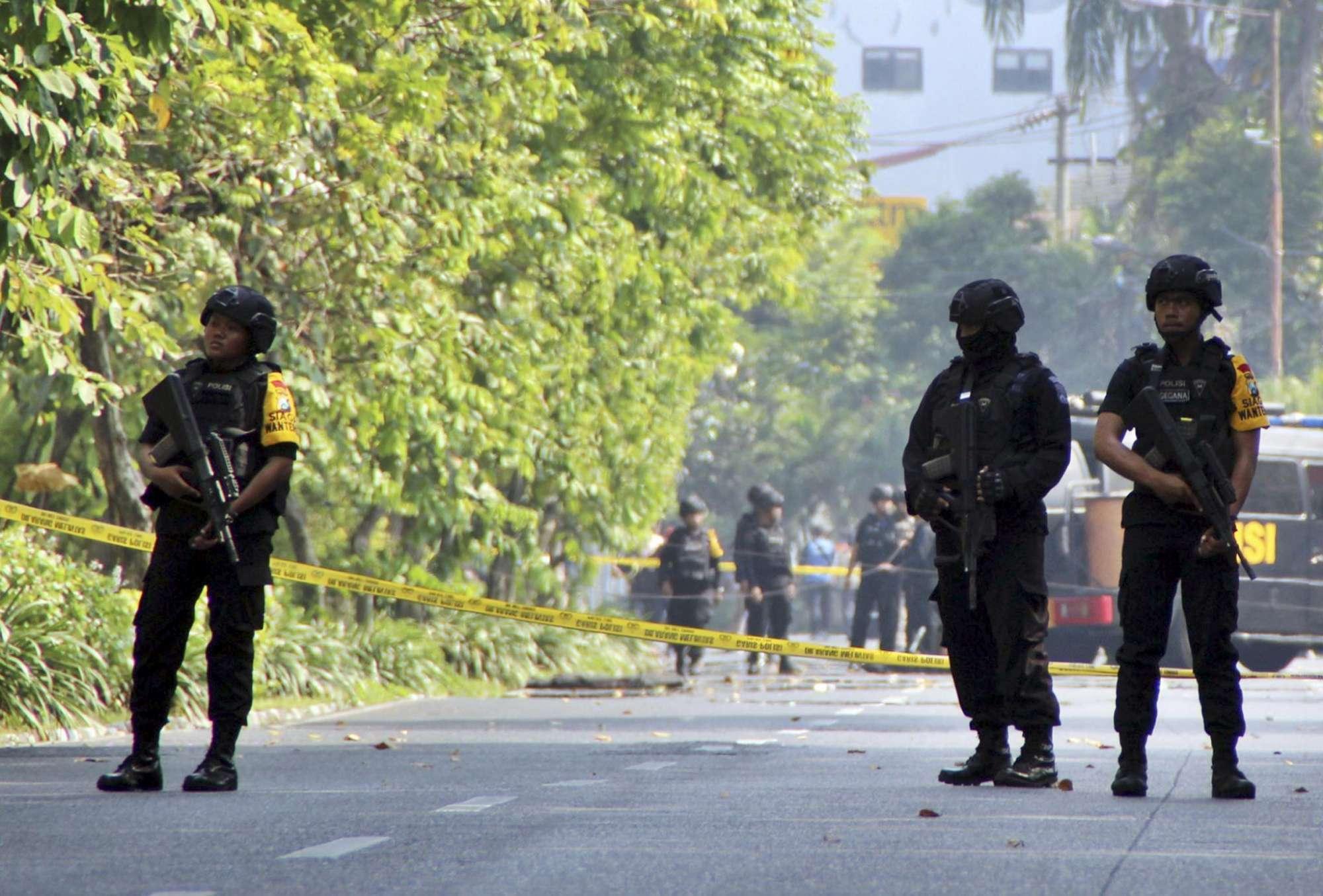 Indonesia, attacchi kamikaze contro tre chiese: almeno 13 morti, Isis rivendica