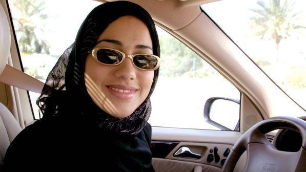 Arabia Saudita, da giugno la patente alle donne: boom di iscrizioni a scuola guida