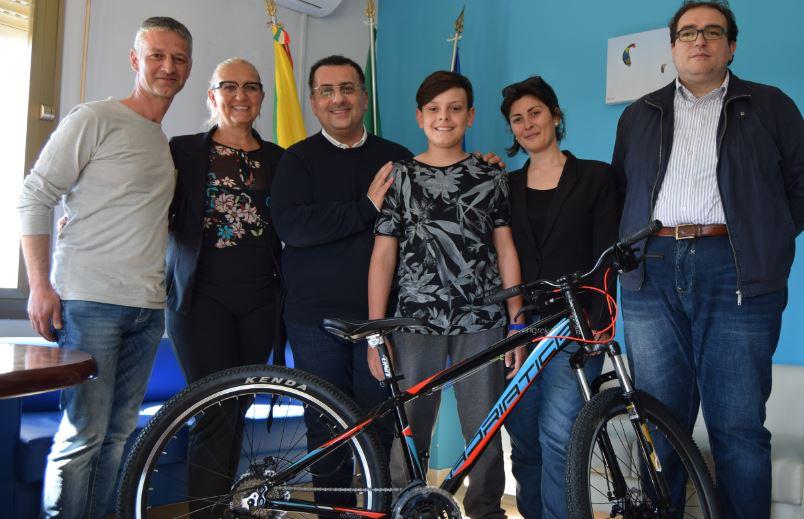 """Petrosino, il 12enne Gabriel Marino è il vincitore dell'iniziativa """"Cammina e vinci una bicicletta!"""""""