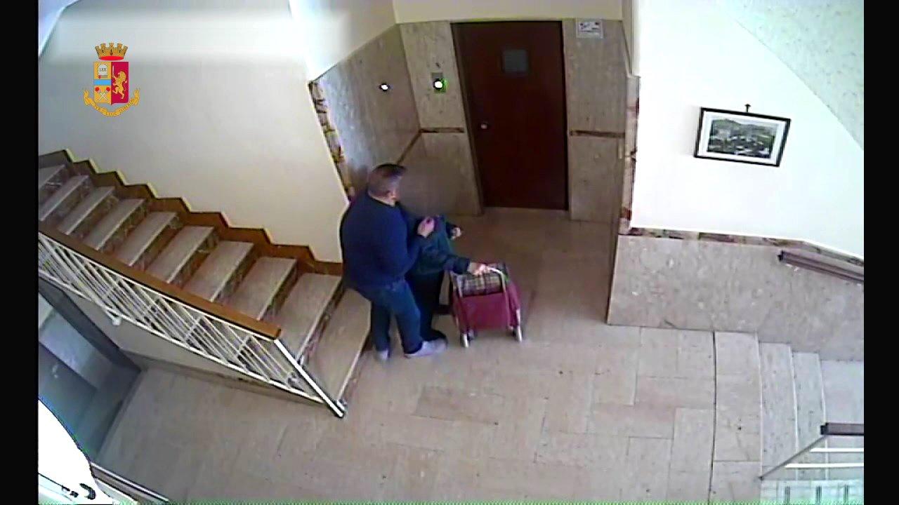 Palermo, rapina violenta ad un'anziana nell'androne di casa: fermato un cinquantenne