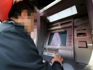 Denuncia la scomparsa di soldi sul bancomat e scopre il tradimento della moglie
