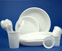 L'Ue dice addio alla plastica: stop a piatti, posate e cotton fioc
