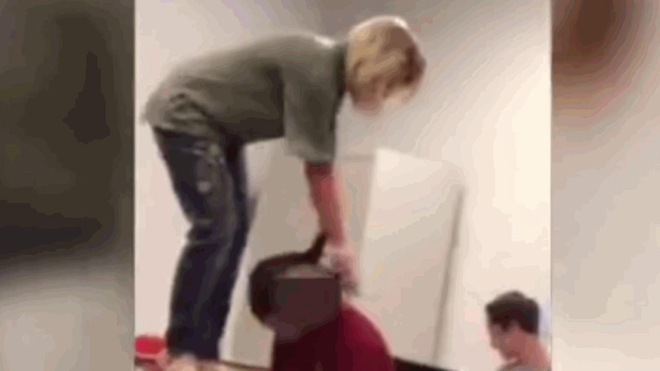 Studente dorme in classe: l'insegnante lo sveglia a calci