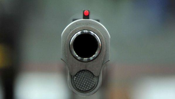 Usa, bimbo gioca con la pistola e uccide il fratellino di due anni