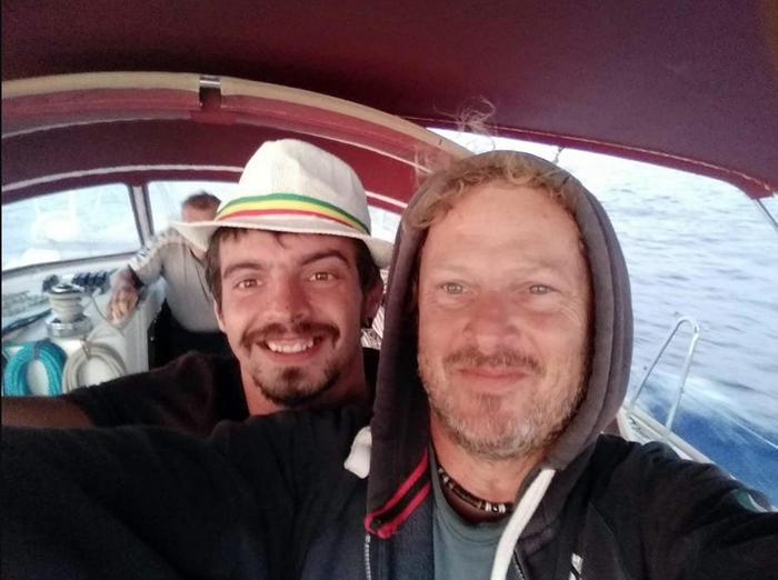 Velisti dispersi alle Azzorre, arriva una nave della Marina