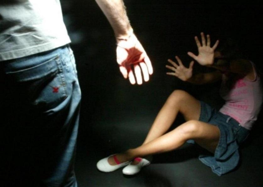 51enne sorpreso a letto con la figlia 11enne della compagna, intervento degli agenti per evitare violenza