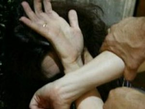 Donna segregata in casa dal marito, i nonni costringevano i nipoti a prenderla a sassate