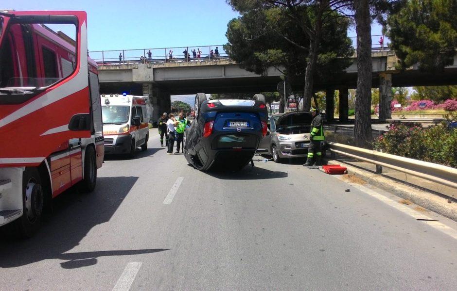 Incidente stradale, auto capottata due giovani rimasti incastrati