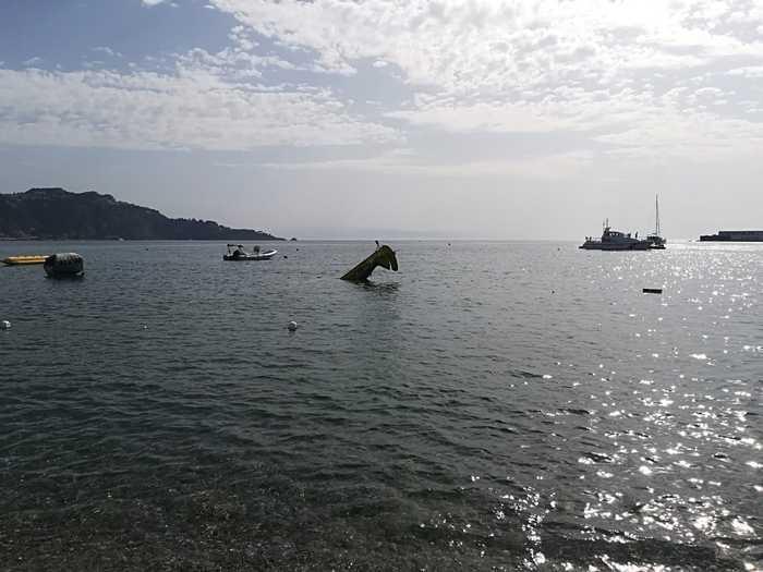 Incidente in volo, aereo monoposto precipita in mare a Giardini Naxos: salvo il pilota