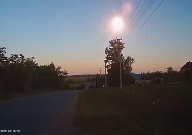 Un asteroide è esploso sulla Russia, una palla di fuoco nel cielo