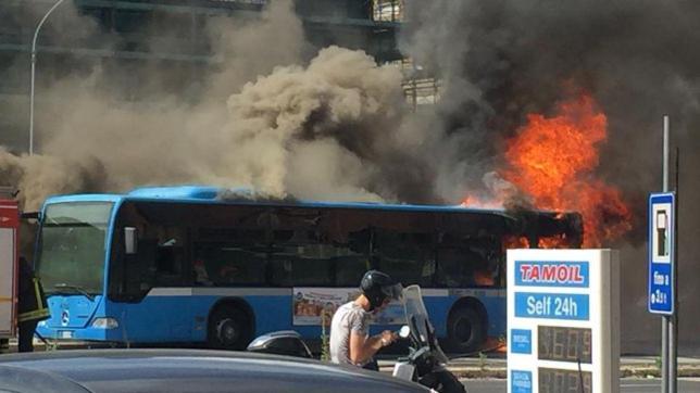 Roma, bus a fuoco nei pressi del Vaticano: coltre di fumo in strada