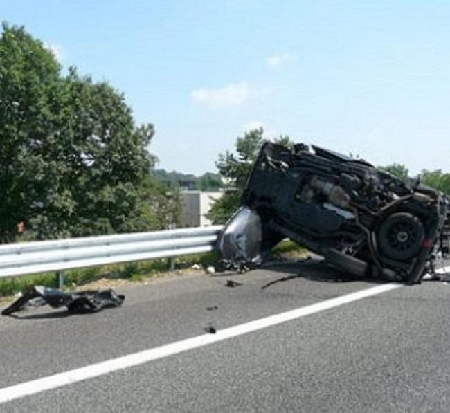 Tragedia nella notte, auto si ribalta e muore una giovane di 30 anni