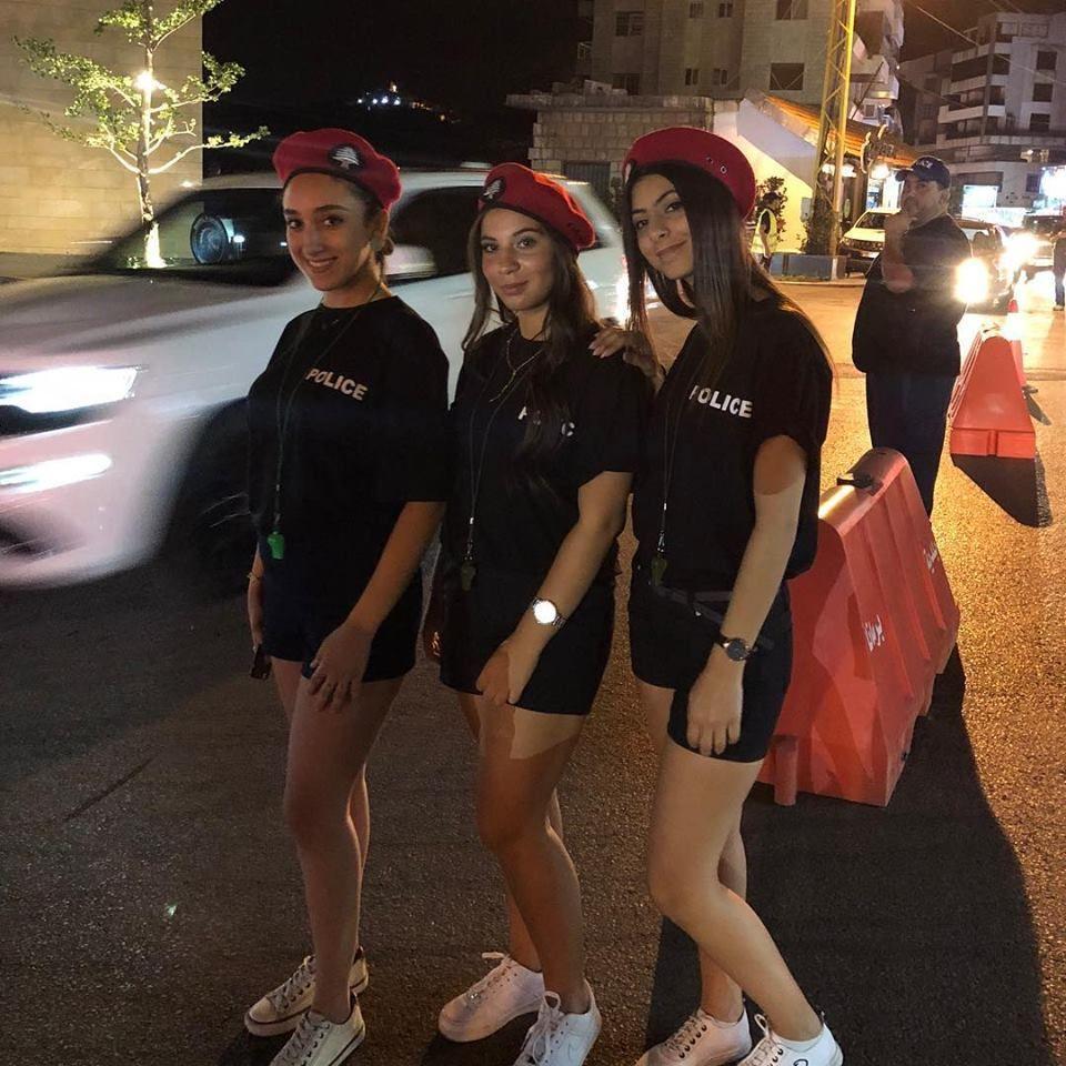 Libano, un sindaco recluta vigilesse in shorts: accuse di sessismo sui social